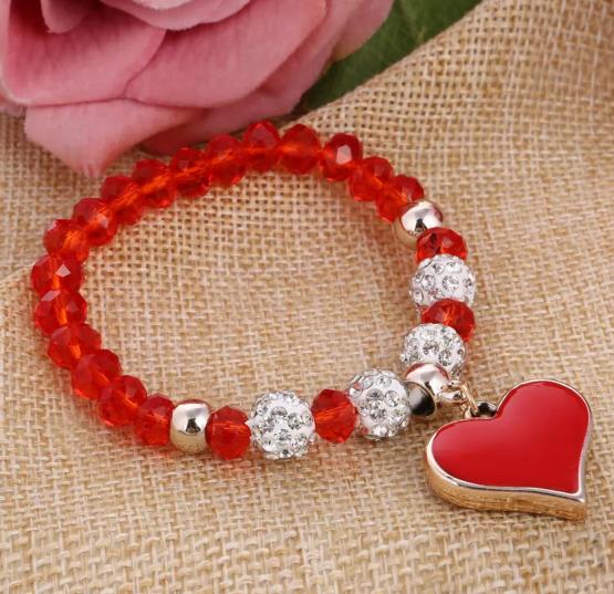 Joli bracelet rouge avec ses perles strass et sa breloque en cœur assorti